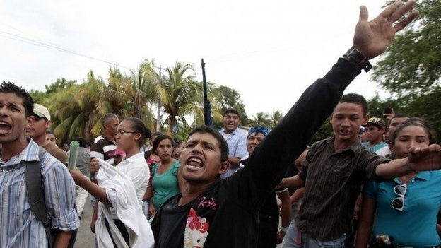 Residents in San Jorge protest against the contruction of the canal. 04/10/2014