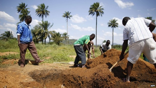 Health workers prepare to bury bodies of Ebola victims in Macenta, Guinea. Photo: 21 November 2014