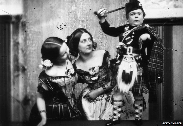 Tom Thumb with two women