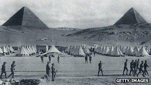 As tropas australianas acampados em frente às pirâmides do Egito durante a Primeira Guerra Mundial, da Guerra Illustrated News 1915