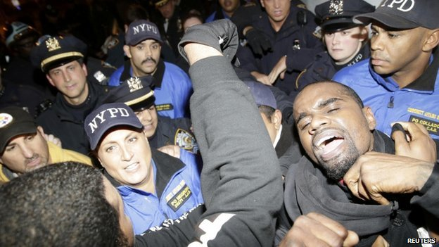 Protesters are removed from blocking the Lincoln Tunnel by the New York Police in New York, 25 November 2014.