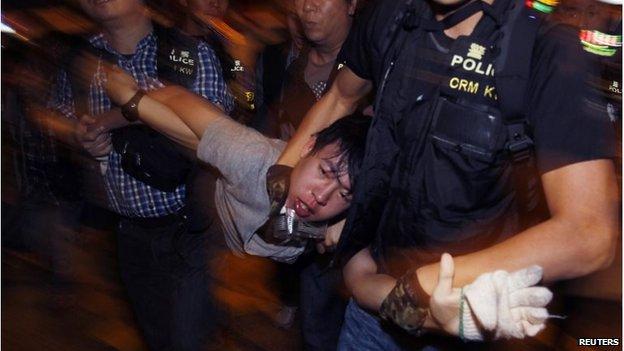 Protester is arrested in Mong Kok (25 Nov 2014)