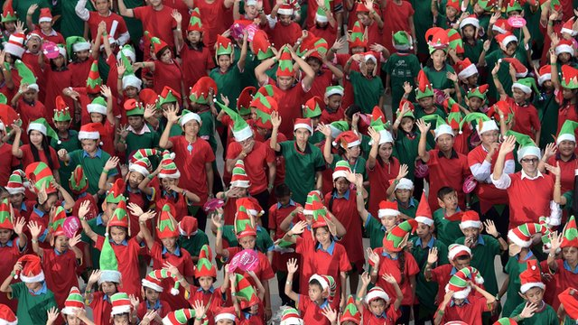 CBBC Newsround - Christmas elves break world record