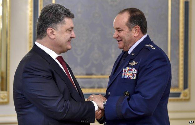 O presidente ucraniano, Petro Poroshenko, esquerda, cumprimenta US Comandante do Comando Europeu, NATO Comandante Supremo Aliado general Philip M. Breedlove em Kiev, na Ucrânia, Quarta-feira 26 de novembro de 2014