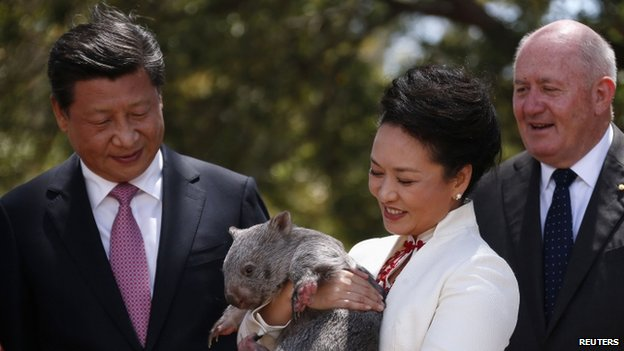 China's President Xi Jinping (left), his wife Peng Liyuan and Australian Governor-General Peter Cosgrove in Canberra (17 November 2014)