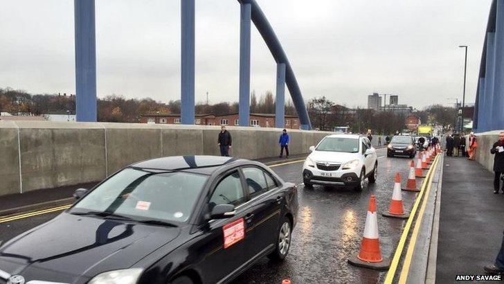 Cars crossing London Road Bridge