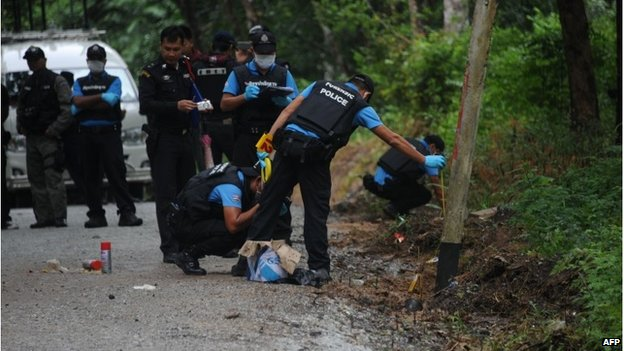 Thai police inspect the scene of a bomb blast in Narathiwat province (15 Nov 2014)