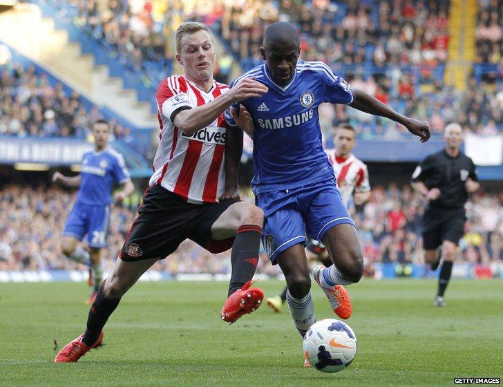 Sebastian Larsson (L) vies with Chelsea's Brazilian midfielder Ramires