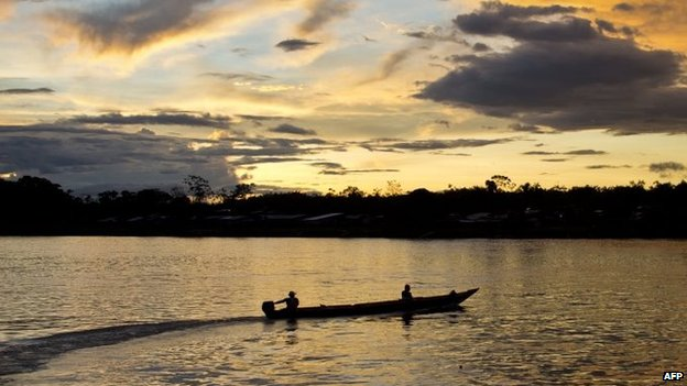 Fishermen sail on a boat on the river Atrato on 21 November, 2014.