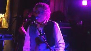 BBC News - The Who's Roger Daltrey serenades wedding couple