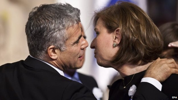 Yair Lapid and Tzipi Livni embrace (5 February 2013)