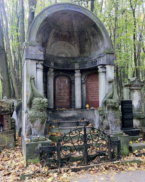 The tomb of Yiddish writer Yitskhok Leybush Peretz in Warsaw's Jewish cemetery