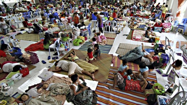 Hundreds of residents take shelter inside the provincial capitol of Surigao city close to central Philippines, 5 December 2014