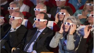 President Hollande at a Paris science centre watches the European comet landing