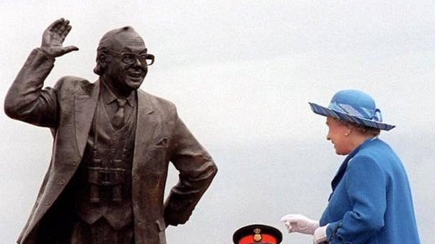 The Queen unveils the statue of Eric Morecambe on Morecambe Promenade in 1999