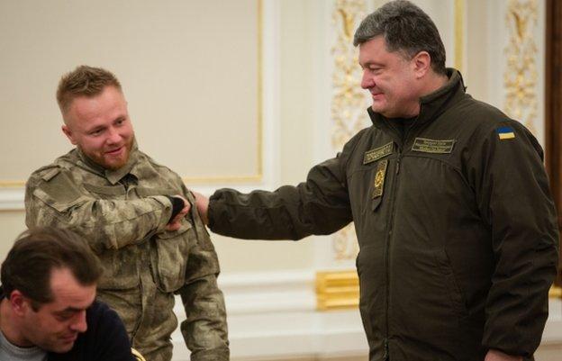 President Poroshenko (R) congratulates Sergiy Korotkykh (5 Dec)