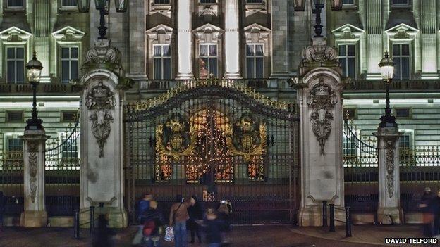 Christmas display at Buckingam Palace (c) David Telford