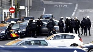 Police outside Popular Party headquarters in Madrid (19 Dec)