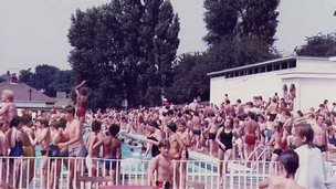 Crowds of people at Broomhill swimming pool