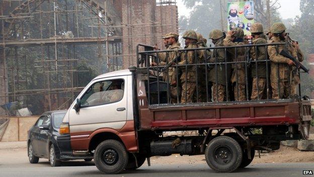 Pakistani soldiers are deployed around Faisalabad's prison. Photo: 21 December 2014