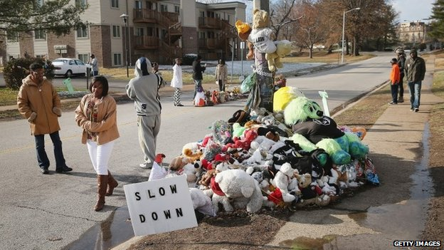 People visit the Michael Brown memorial in the Canfield Green Apartments on Thanksgiving Day on November 27, 2014 in Ferguson, Missouri.