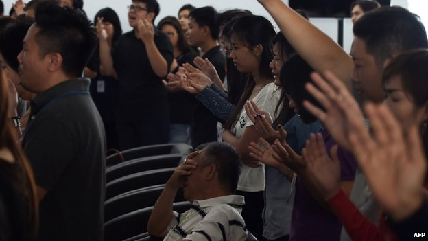 Relatives pray at Juanda airport, Surabaya (31 Dec 2014)