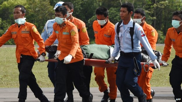 Members of an Indonesian search and rescue team transport the body of a victim from AirAsia flight QZ8501 recovered from the scene of the crash to Pangkalan Bun in Central Kalimantan (01 January 2015)