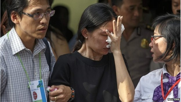 Relatives of identified victim Grayson Herbert Linaksita receive his body at  Bhayankara Hospital in Surabaya (2 Jan 2015)