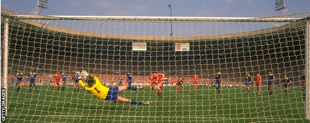 Dave Beasant saves John Aldridge's penalty in the 1988 FA Cup final