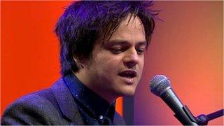 BBC News - Musician Jamie Cullum donates piano to school
