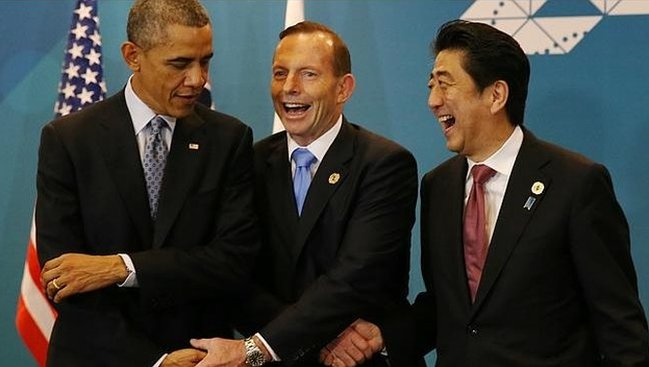 Barack Obama, Tony Abbott and Shinzo Abe share an awkward three-way handshake