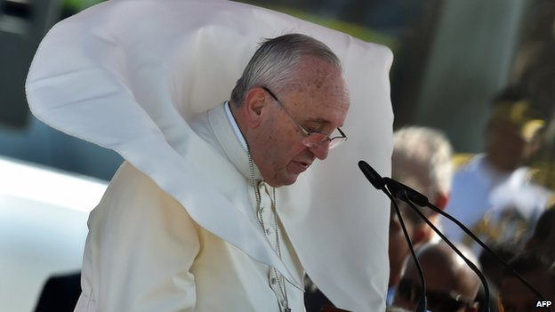 """Wind blows Pope Francis"""" mantle as he delivers his speech at Bandaranaike International Airport in Katunayake"""
