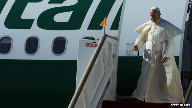 Pope Francis arrives at the Bandaranaike International Airport on January 13, 2015 in Colombo, Sri Lanka