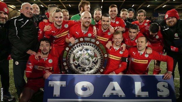 http://news.bbcimg.co.uk/media/images/80250000/jpg/_80250088_trophypres.jpg