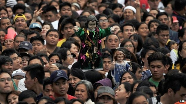 Thousands of people gather to wait for a mass to be celebrated by Pope Francis in Manila