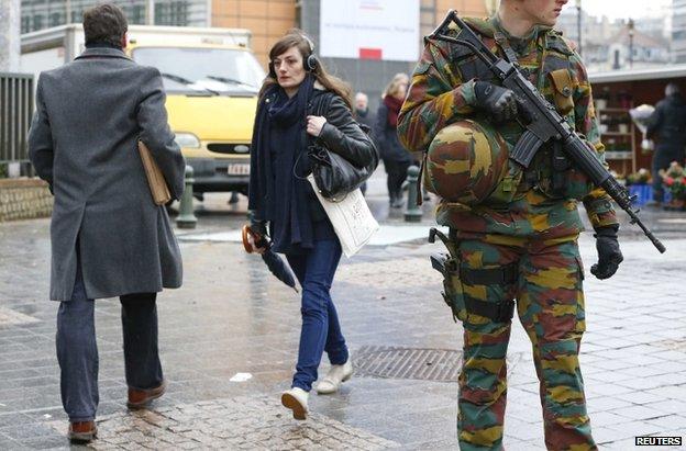 Soldados patrulha belga fora da sede do Conselho Europeu, no centro de Bruxelas, em 19 de janeiro