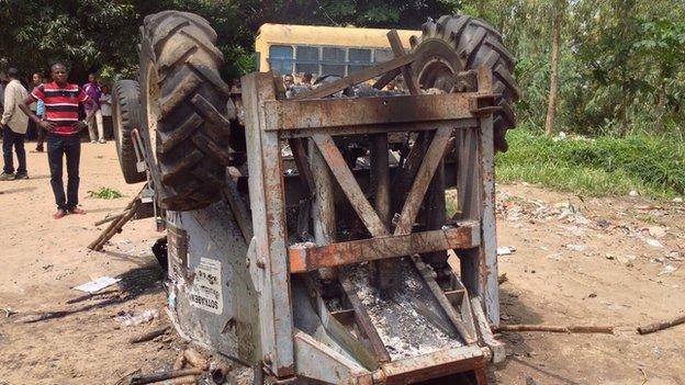 Burnt vehicle in Kinshasa (21 January 2015)