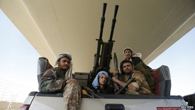 Houthi fighters in a military truck outside the Presidential Palace in Sanaa (21 January 2015)