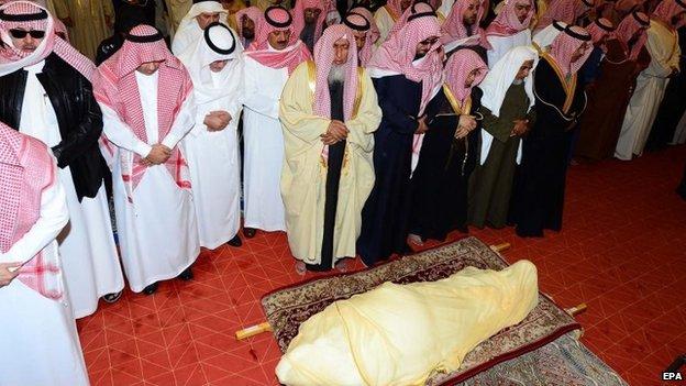 Mourners perform funeral prayers next to the body of King Abdullah bin Abdulaziz, 23 January 2015