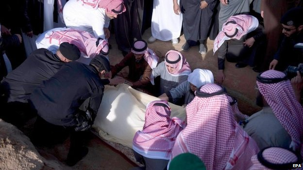 Mourners bury the body of the late Saudi King, Abdullah bin Abdulaziz al-Saud, during his funeral in Riyadh, Saudi Arabia, 23 January 2015