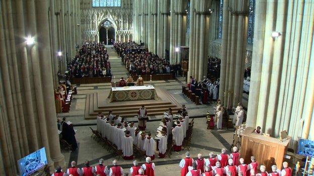 Cientos de personas se encuentran dentro de la catedral de York