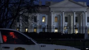 """A member of the Secret Service""""s Uniformed Division sits in his car on Pennsylvania Avenue outside the White House January 26, 2015 in Washington, DC"""