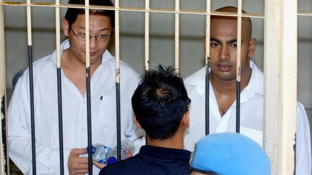 Australian Myuran Sukumaran (R) and Andrew Chan (L), the ringleaders of the 'Bali Nine' drug ring, wait for their verdict at a court cell in Denpasar, on Bali island, 14 February 2006