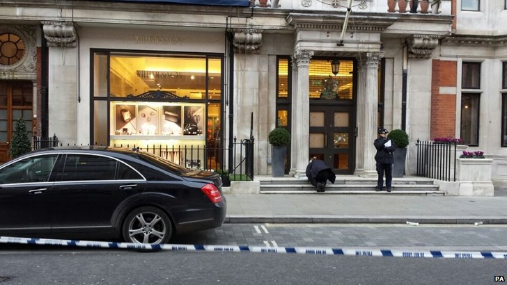 Police examine jewellers in Mayfair