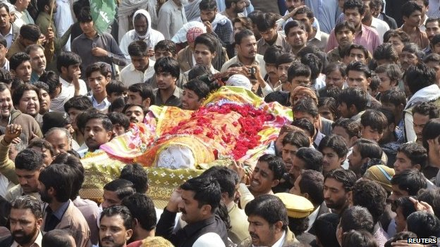 80693586 80693585 - Pakistan mosque blast: Mass funeral for Shia victims