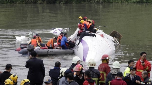 Rescuers pull a passenger out of the TransAsia Airways plane which crash landed in a river, in New Taipei City, February 4, 2015