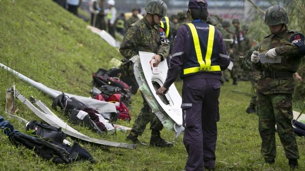 80771208 80771207 - Taiwan  Trans  Asia Plane  Crashes Into  River