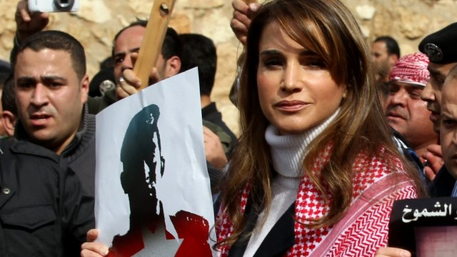 Jordanian Queen Rania holds a placard during a demonstration on February 6, 2015 in the capital Amman to express solidarity with the pilot murdered by the Islamic State