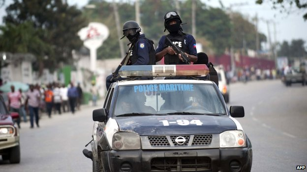 Haiti police trying to clear road blocks