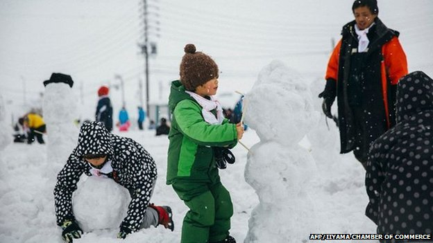 Children making snowmen at the festival